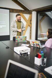 Lars erklärt unserer Kollegin Dao eine Customer Journey | hallo.digital Karlsruhe