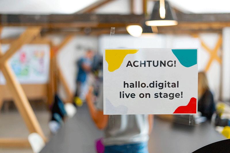 """Hinweisschild """"Achtung, hallo.digital 2020 live on stage!"""""""
