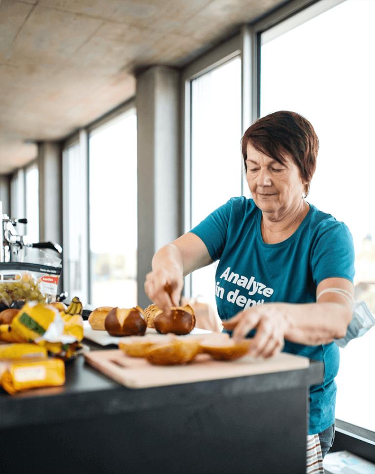 Edeltraud beim Vorbereiten des Frühstücks für die Crew während der hallo.digital Convention 2021