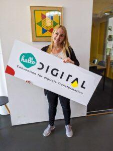 Julia beim Vorbereiten des Büros für den Tag der offenen Tür | hallo.digital Karlsruhe