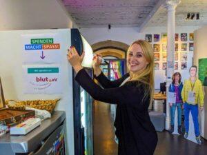 Julia bei Vorbereitungen zum nmfka Feierabend | hallo.digital Karlsruhe