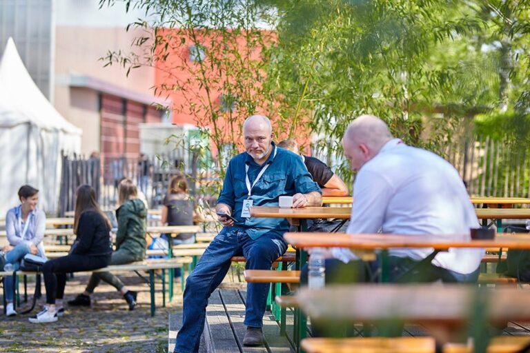 Teilnehmer während der Kaffeepause im Aussenbereich des Tollhaus bei der hallo.digital 2018