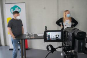 Moderator Lars und Eventstrategin Julia vor der Kamera für den letzten Testlauf vor der hallol.digital Convention 2021