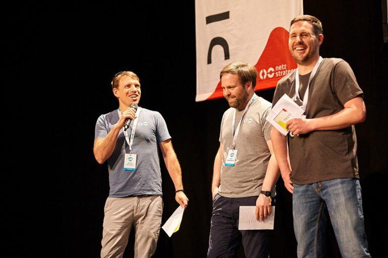 Die Moderatoren André Hellmann, Lars Grasemann und Stephan Sperling bei der Eröffnung der hallo.digital 2018