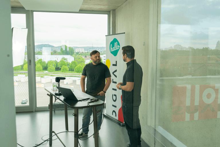 Die Moderatoren Timo und Lars bei der Begrüßung im Streamingbüro der hallo.digital Convention 2021