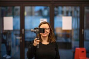 Sarah Stock mit Gimbal im netzstrategen Büro Karlsruhe | hallo.digital