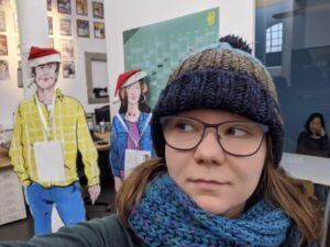 Sarah Stock mit Personas im netzstrategen Büro | hallo.digital Karlsruhe