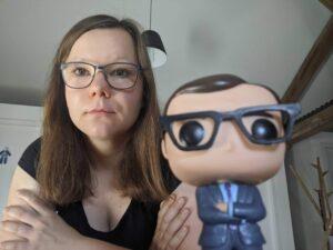 Sarah Stock mit John Oliver Figur | hallo.digital Karlsruhe