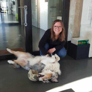 Sarah Stock mit Feel-Good-Stratege Fellow im netzstrategen Büro | hallo.digital