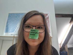 """Selfie von Sarah Stock mit Sticker auf der Nase auf dem """"Share what you know"""" steht"""