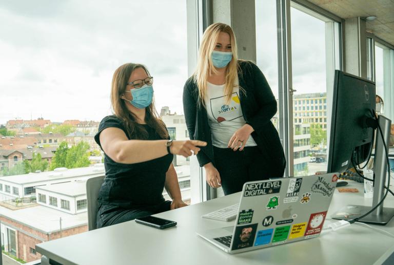 Sarah und Julia im Karlsruher Streamingbüro am Laptop
