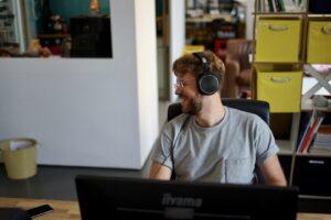 Julius Tratz mit Kopfhörern bei der Arbeit im Karlsruher Büro