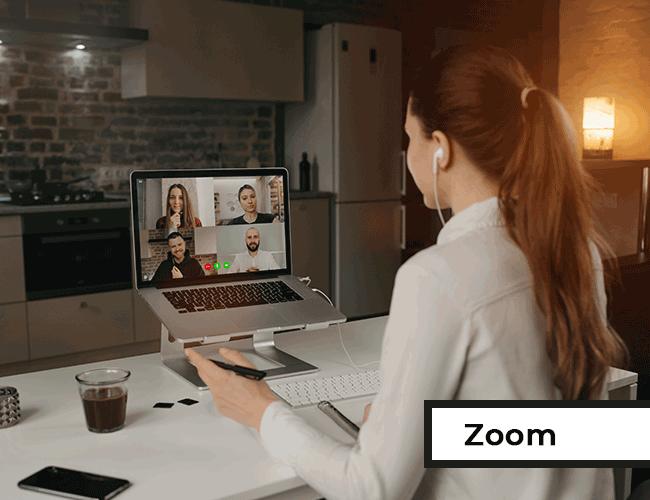 Frau nimmt am Laptop an Zoom-Seminar teil