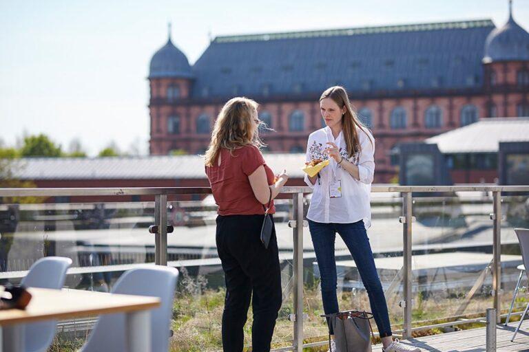 Teilnehmerinnen auf der Dachterrasse des Substage während der hallo.digital 2018