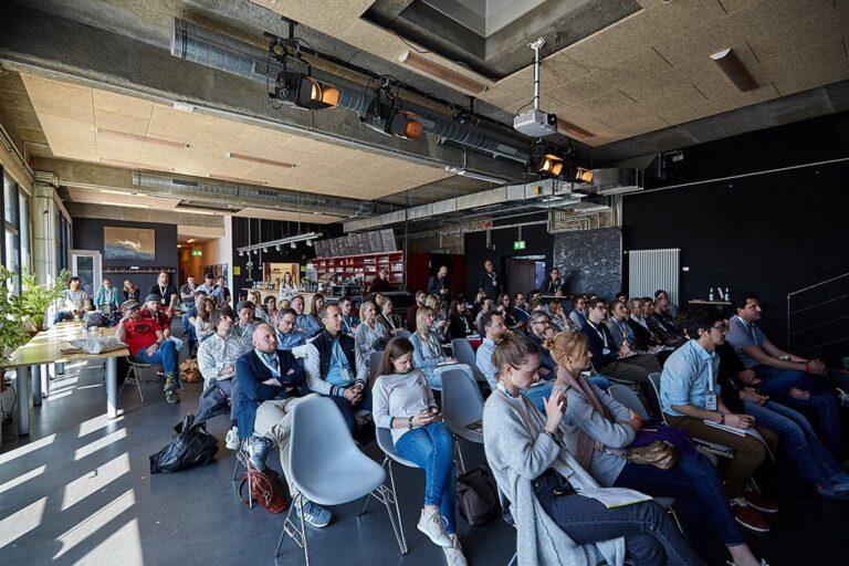 Teilnehmerinnen im Substage Cafe während eines Vortrags bei der hallo.digital 2018