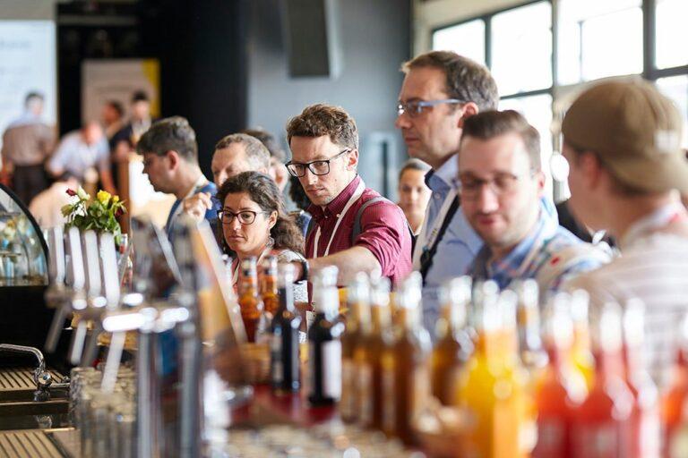 Teilnehmerinnen in der Pause an der Getränkebar bei der hallo.digital 2018