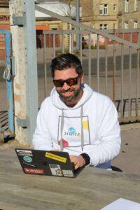 Timo genießt die Sonne und arbeitet im Freien