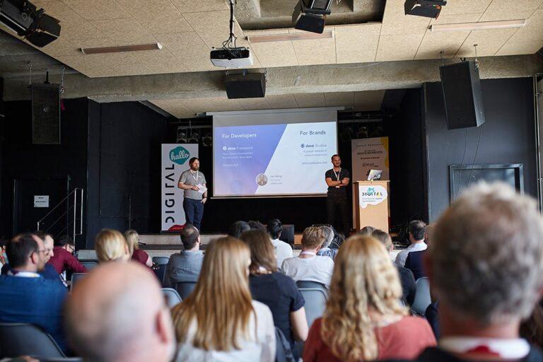 Speaker Jan König auf der Bühne der hallo.digital 2018