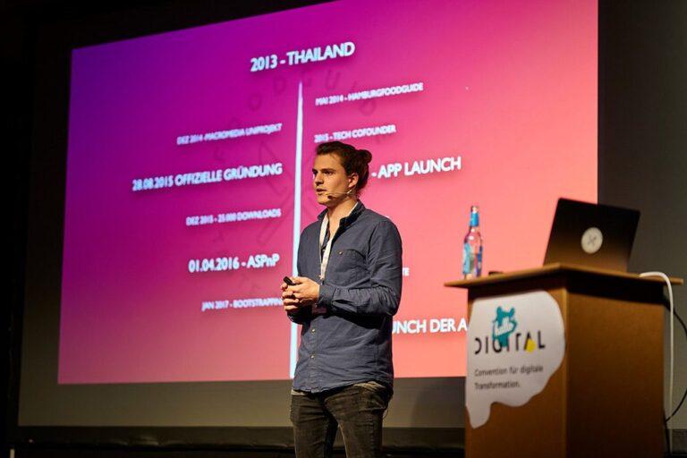 Speaker Malte Steiert auf der Bühne der hallo.digital 2018