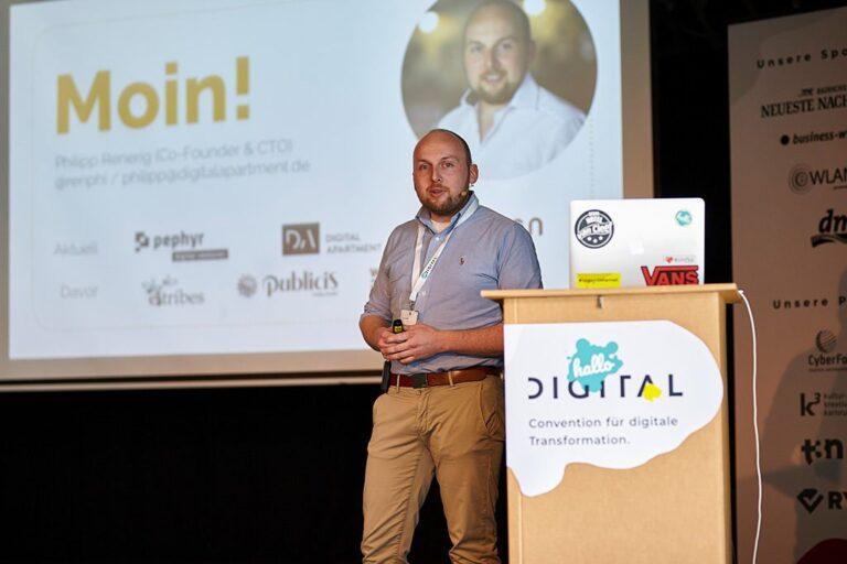 Speaker Philipp Renerig auf der Bühne der hallo.digital 2018