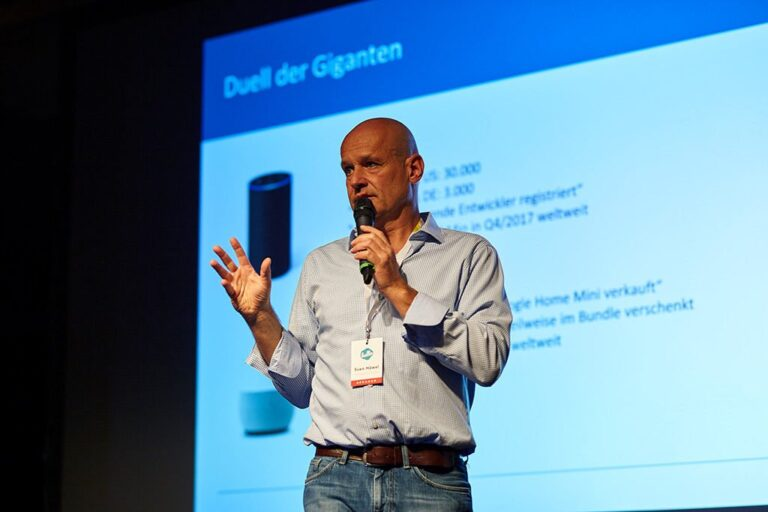 Speaker Sven Haewel auf der Bühne der hallo.digital 2018