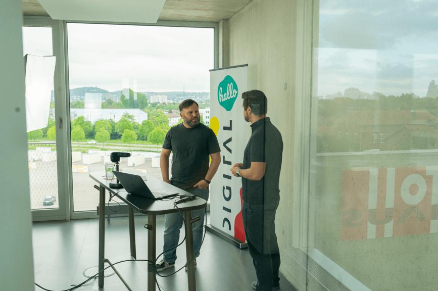 Lars und Timo stehen hinter dem Moderationspult im hallo.digital Convention Live Stream