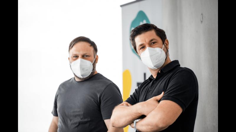 Moderatoren Timo und Lars mit Pose und FFP2-Maske